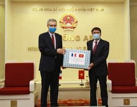Bộ Công an trao tặng Bộ Nội vụ Pháp nhiều vật tư y tế phòng dịch Covid-19