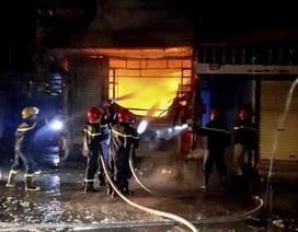 Cháy lớn trong đêm mưa, 5 người may mắn thoát chết