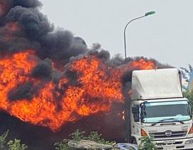 Ô tô bốc cháy ngùn ngụt, hàng chục chiếc xe máy mới bị thiêu rụi