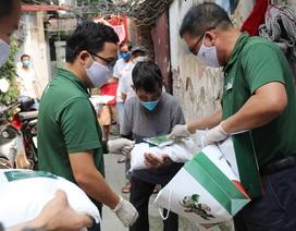 Khóa Huy Hoàng trao hàng trăm suất quà cho bệnh nhân nghèo xóm chạy thận
