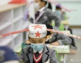 """Trung Quốc: """"Mũ 1 mét"""" giúp học sinh giữ khoảng cách an toàn với bạn"""
