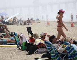Người Mỹ đổ xô tới bãi biển, lệnh giãn cách xã hội nguy cơ thất bại