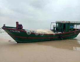 Tàu cá không người trôi dạt vào bờ biển Quảng Bình