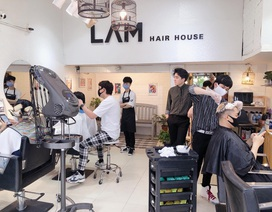 Hết cách ly xã hội, tiệm cắt tóc hạn chế nhận khách do quá tải