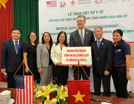 Đại sứ Mỹ tiếp nhậnquà tặng 420.000 khẩu trang y tếtừ Việt Nam