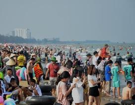 """Bãi biển Sầm Sơn ken đặc người, quy định phòng chống dịch """"phá sản"""""""