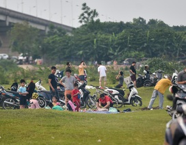 Hàng trăm người đổ đến bãi bồi ven sông Hồng, chủ quan với dịch Covid-19