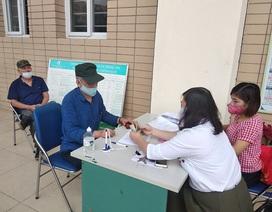 Trao tiền hỗ trợ Covid-19 đến tận tay người dân quận Ba Đình, Hà Nội