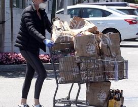 """Charlize Theron đẩy xe hàng """"khủng"""" khi đi siêu thị"""