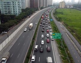 Người dân ùn ùn trở lại Hà Nội, CSGT căng mình giữ đường thông suốt
