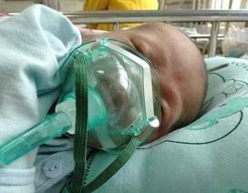 Tiếng khóc xé lòng của bé 8 tháng tuổi bị bệnh tật bủa vây