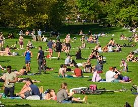 Thờ ơ với dịch bệnh, người Mỹ bắt đầu đổ xô ra công viên, đi tắm biển
