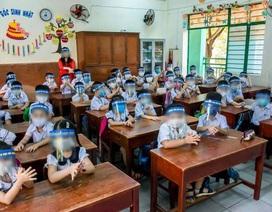 Đà Nẵng: Phụ huynh trang bị cho cả lớp đeo tấm ngăn giọt bắn đến trường