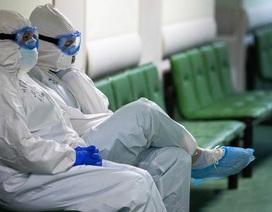 """3 bác sĩ Nga ngã từ cửa sổ bệnh viện khi cả nước """"căng mình"""" chống dịch"""