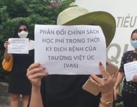 """Dịch Covid-19: Phụ huynh trường quốc tế cầm tờ rơi """"phản đối học phí"""""""