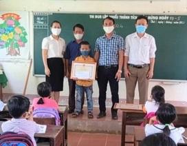 Trao Bằng khen của Bộ GD&ĐT cho học sinh cứu hai người khỏi đuối nước