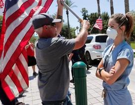 Clip người biểu tình lăng mạ y, bác sĩ chống dịch Covid-19 gây phẫn nộ