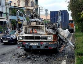 Tài xế bung cửa thoát khỏi chiếc xe container bốc cháy dữ dội