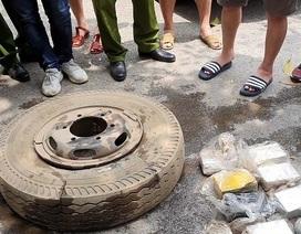 Bắt 4 đối tượng giấu 16 bánh heroin trong lốp xe ô tô