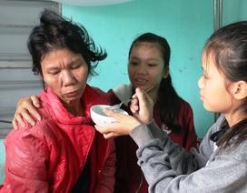 Dòng nước mắt cầu cứu của 2 chị em mồ côi bố nhìn mẹ bạo bệnh