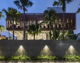 Biệt thự bê tông ở TP.HCM nổi bật trên báo Tây nhờ thiết kế đón nắng độc lạ