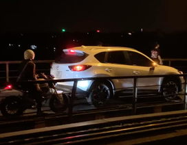 Ôtô lên cầu Long Biên, xe máy... đứng im