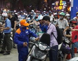 Dân ùn ùn đổ xăng trước giờ tăng giá, nhiều nơi xếp hàng đông nghẹt