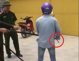 Mua xăng không trả tiền, người đàn ông còn dùng dao đe dọa người bán