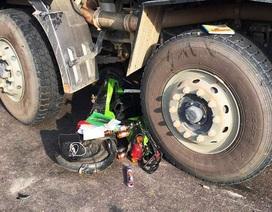 Xe đạp điện nằm lọt giữa xe tải, nữ sinh lớp 8 tử vong thương tâm
