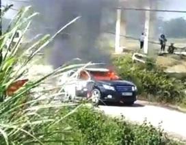Xe chở đoàn công tác của Sở Xây dựng bất ngờ bốc cháy