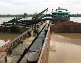 Hà Nội: Tạm giữ 8 tàu hút cát trái phép trên sông Hồng