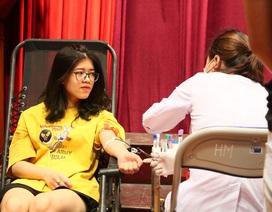 Thầy trò trường Báo nô nức tham gia ngày hội hiến máu tình nguyện