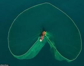 Báo Anh đăng tải bộ ảnh chài lưới đẹp mê hoặc của tay máy Việt Nam