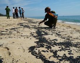Vệt chất thải nghi là cặn dầu tràn vào bờ biển