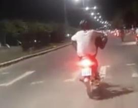 Nam thanh niên lái xe máy bằng chân chưa có giấy phép lái xe