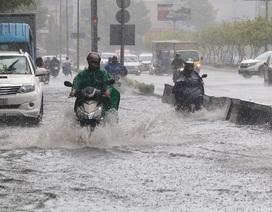 """TPHCM đón mưa giải nhiệt, người dân vất vả vượt """"rốn ngập"""""""