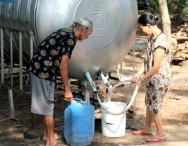 Người dân phấn khởi đi hứng nước sạch miễn phí