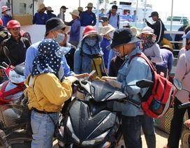 """Quảng Ngãi: Du khách bị """"bao vây"""" khi vừa đặt chân đến đảo Lý Sơn"""