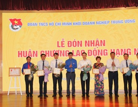 """Lãnh đạo Vietcombank vinh dự nhận Kỷ niệm chương """"Vì thế hệ trẻ"""""""