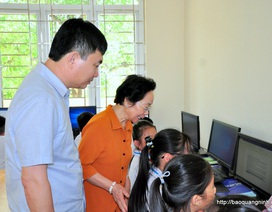 Chủ tịch Hội Khuyến học VN thăm, tặng quà cô và trò Trường Tiểu học Đông Xá