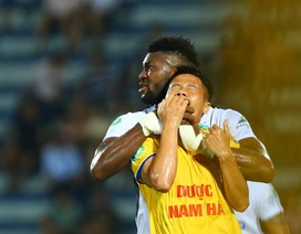 Ngoại binh HA Gia Lai bóp cổ cầu thủ Nam Định