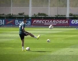 C.Ronaldo gây kinh ngạc khi dễ dàng sút vào lưới bóng rổ