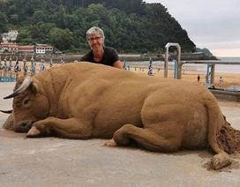 Hút mắt những tác phẩm điêu khắc siêu thực trên cát