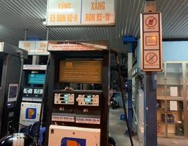 """Hà Nội: Phát hiện cây xăng """"găm hàng"""", còn xăng nhưng không bán cho khách"""