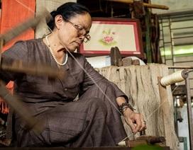 """Người phụ nữ khiến sen nhả ra """"ngọc"""" dệt thành khăn giá 10 triệu đồng/chiếc"""