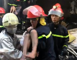 TPHCM: Giải cứu 7 người trong ngôi nhà 2 tầng bốc cháy ngùn ngụt