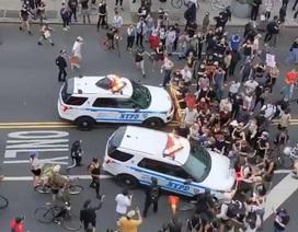 Video xe cảnh sát Mỹ lao vào đám đông biểu tình