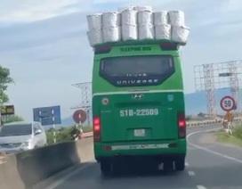 Xe khách chất hàng cồng kềnh trên nóc, chạy băng băng trên đường