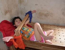 Nhói lòng cảnh cô bé bị mẹ cột vào thang gỗ, gia đình nghèo khổ nhất huyện