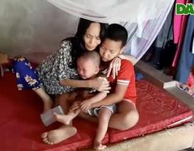 Quặn lòng cảnh người mẹ tiều tuỵ nhìn con thơ khóc ngằn ngặt thèm sữa